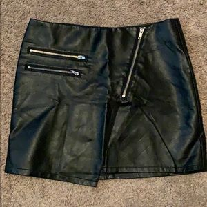 Leather skirt with zipper detail